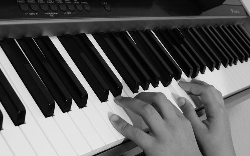 Play piano with both hands - fourth pic