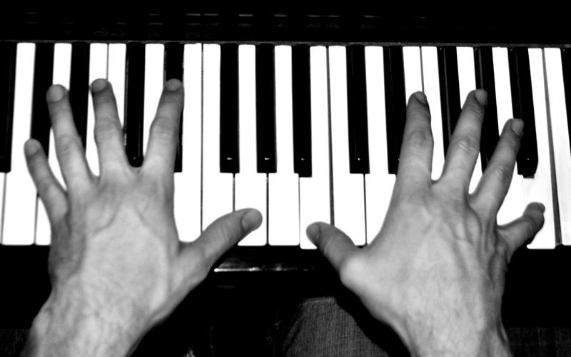 Play piano with both hands - Second pic